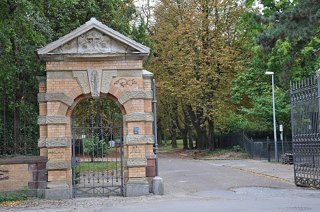 Friedenspark&#044; Tor zum ehemaligen Neuen Johannisfriedhof